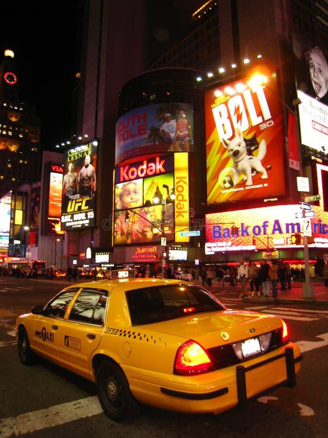 Nachtansicht des Rollens im Times Square lizenzfreie stockfotos