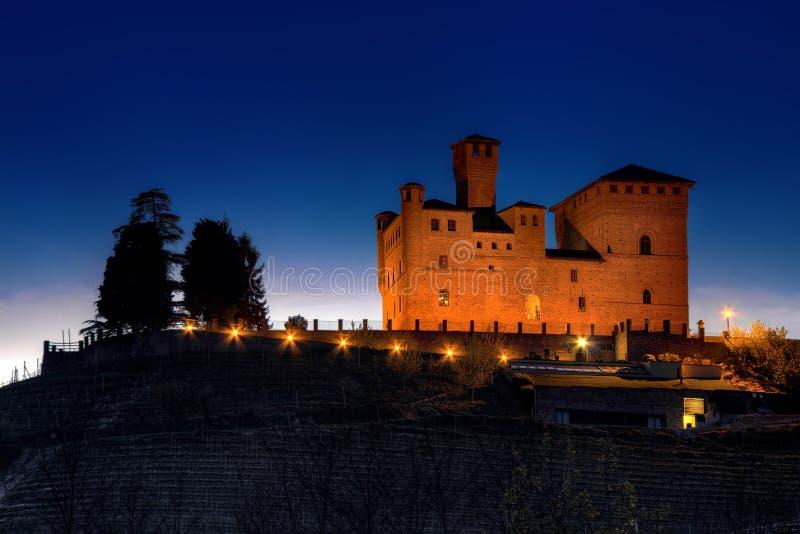Nachtansicht des Schlosses von Grinzane Cavour, im Langhe stockfoto