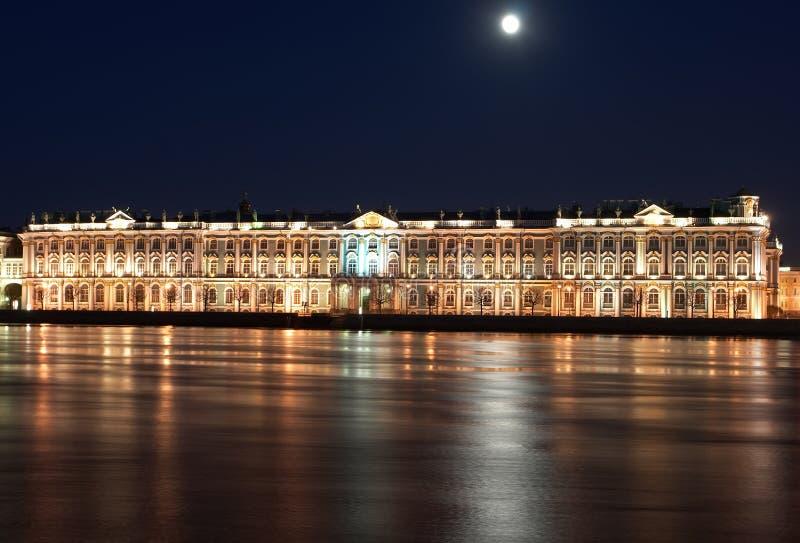 Nachtansicht des St. Petersburg. Winter-Palast von Neva Fluss lizenzfreie stockbilder