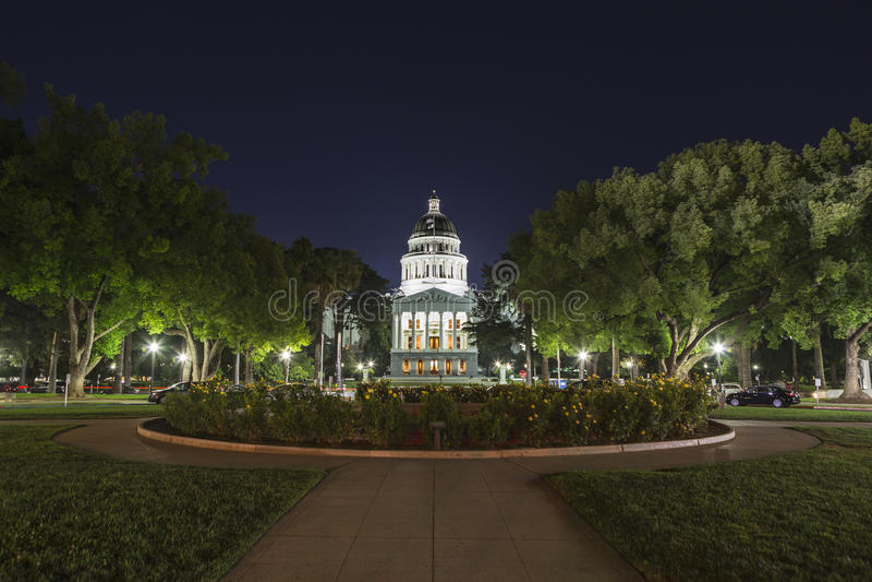 Nachtansicht des Staat California-Kapitol-Gebäudes lizenzfreie stockfotos