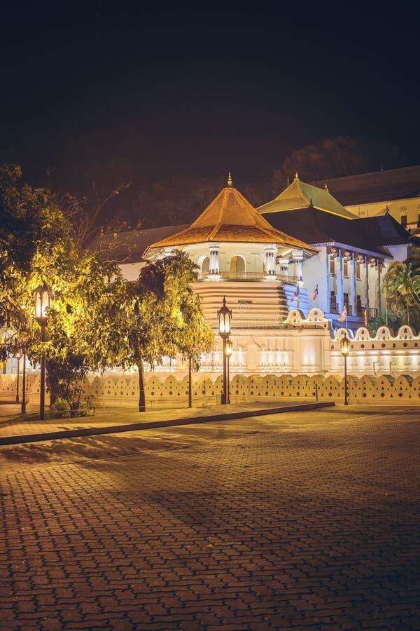 Nachtansicht des Tempels des Buddha-Zahnes mit Lichtern, Kandy lizenzfreie stockfotografie