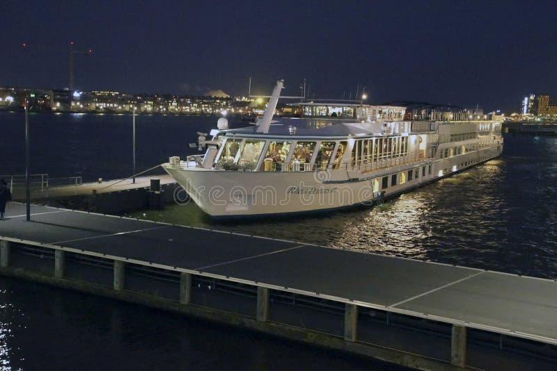 Nachtansicht einer Flusskreuzfahrt lizenzfreie stockbilder