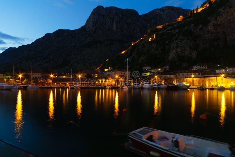 Nachtansicht in Kotor lizenzfreie stockbilder