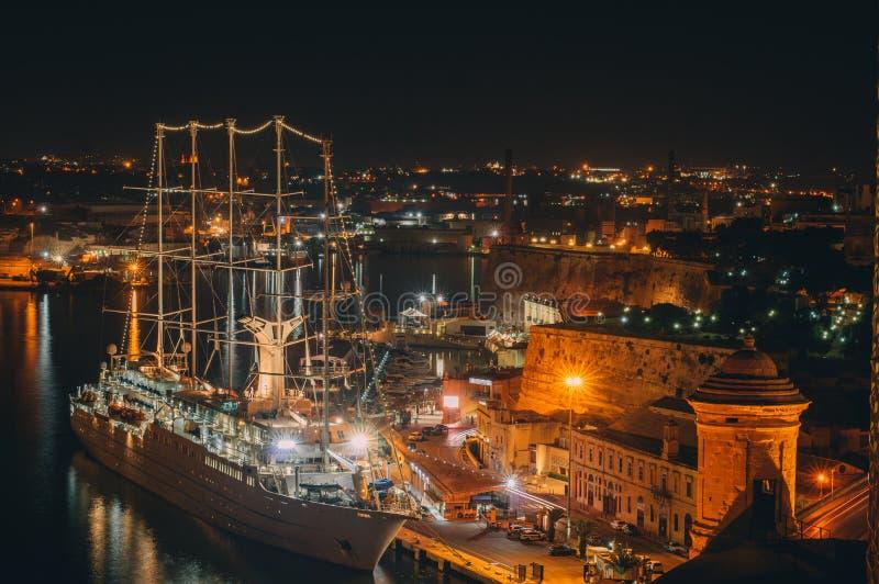 Nachtansicht nach Valletta-Ufergegend, Malta stockfotos