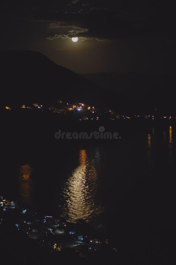 Nachtansicht unter das Mondlicht auf die Stadt auf einem Ufer von adriatischem Meer vom Felshügel in Kroatien, verschiedene Farbt lizenzfreies stockbild