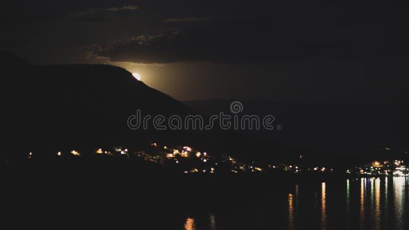 Nachtansicht unter das Mondlicht auf die Stadt auf einem Ufer von adriatischem Meer vom Felshügel in Kroatien, verschiedene Farbt stockfotos