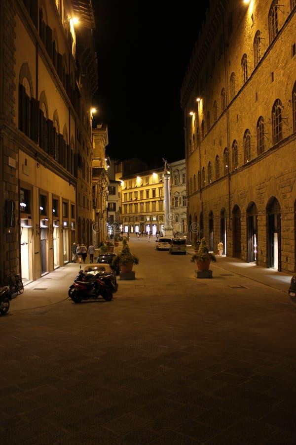 Nachtansicht von über Tornabuoni-Straße in Florenz lizenzfreie stockbilder