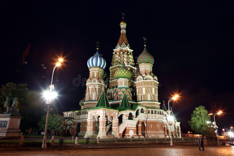 Nachtansicht von Fürbitte-Kathedralen-St.-Basilikum auf rotem Quadrat, stockbild