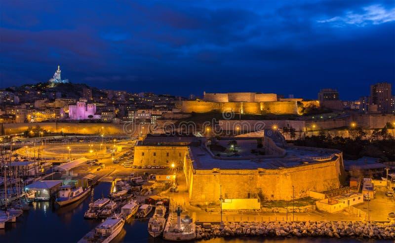 Nachtansicht von Fort-St. Nicolas und Notre-Freifrau-De-La-Garde stockfotografie