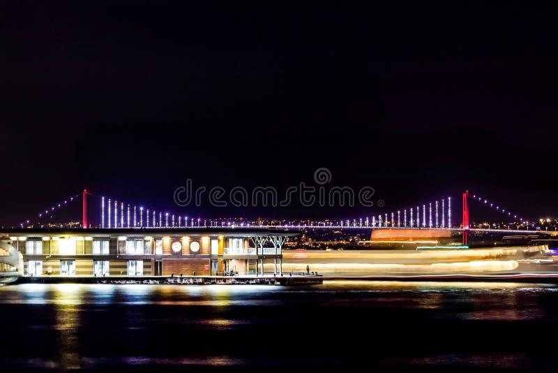 Nachtansicht von Istanbul an der Küste lizenzfreie stockfotos