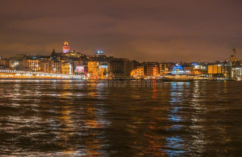 Nachtansicht von Istanbul-Stadtbild Galata-Turm mit dem Schwimmen von touristischen Booten in Bosphorus, Istanbul die Türkei lizenzfreies stockbild