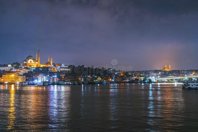 Nachtansicht von Istanbul-Stadtbild Suleymaniye-Moschee Rustem Pasha Mosque mit dem Schwimmen von touristischen Booten in Bosphor lizenzfreie stockbilder