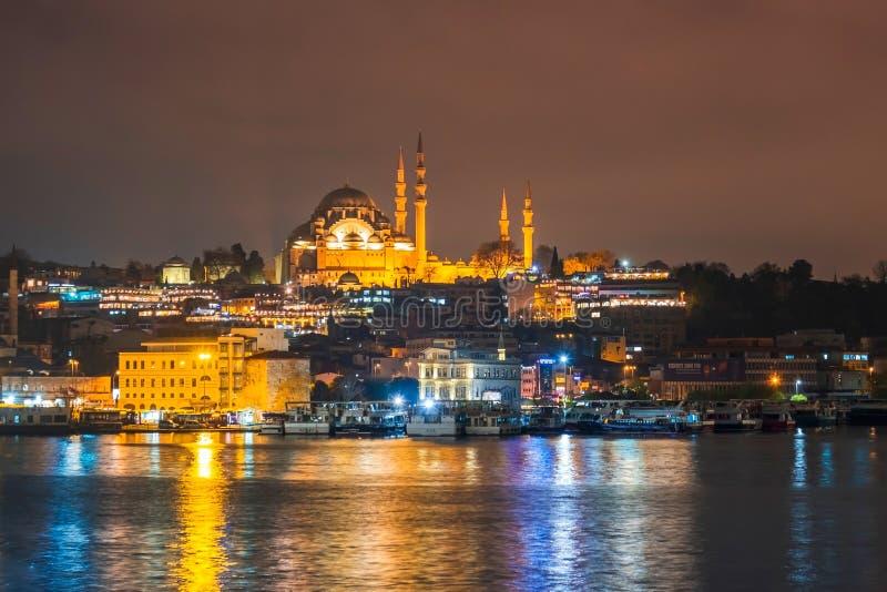 Nachtansicht von Istanbul-Stadtbild Suleymaniye-Moschee Rustem Pasha Mosque mit dem Schwimmen von touristischen Booten in Bosphor lizenzfreie stockfotos