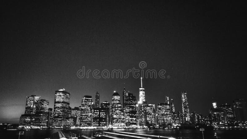 Nachtansicht von Manhattan von Brooklyn- Heightspromenade stockbilder
