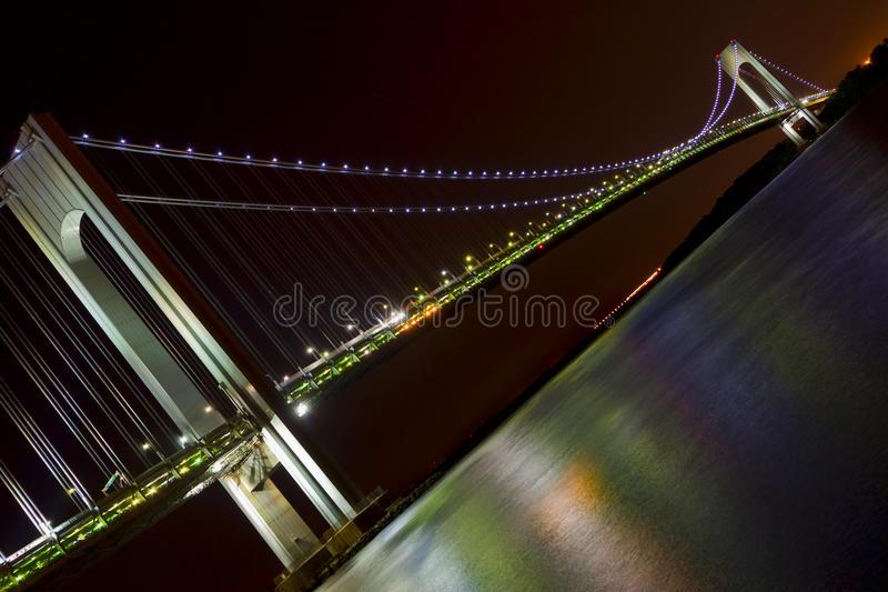 Nachtansicht von New York City, Verazzano verengt Brücke lizenzfreie stockfotografie