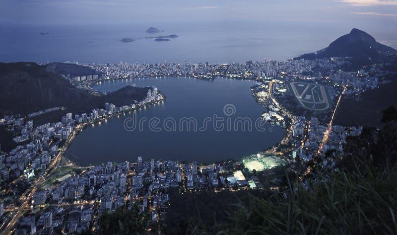 Nachtansicht von Rio de Janeiros Lagune und Leblon und Ipanema DIS lizenzfreie stockbilder