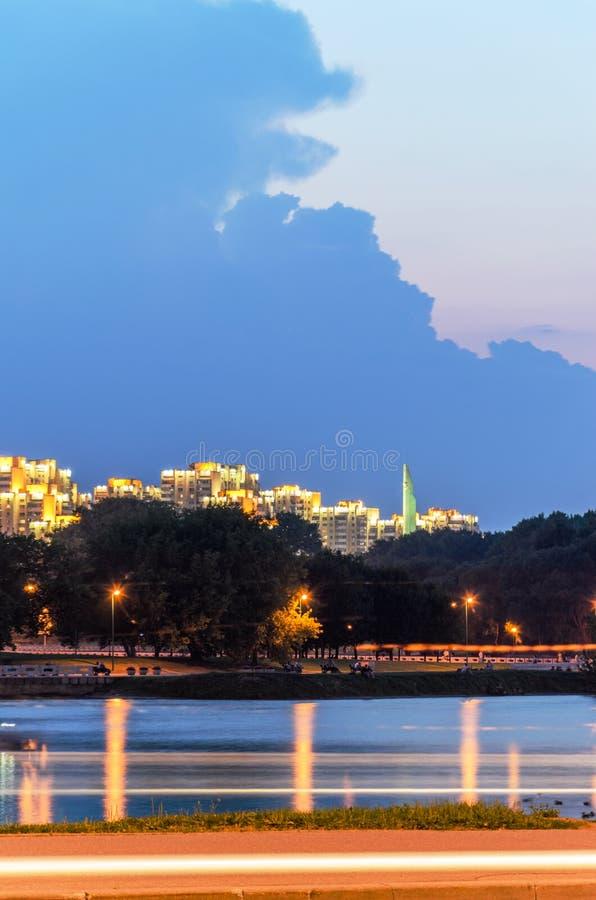 Nachtansicht von Stela Minsk Hero City stockfoto