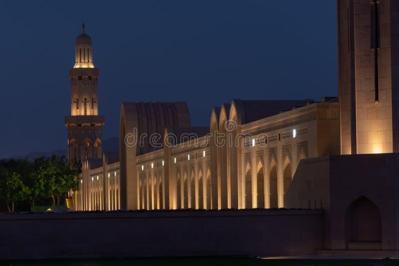 Nachtansicht von Sultan Qaboos Mosque Hallway stockfotos
