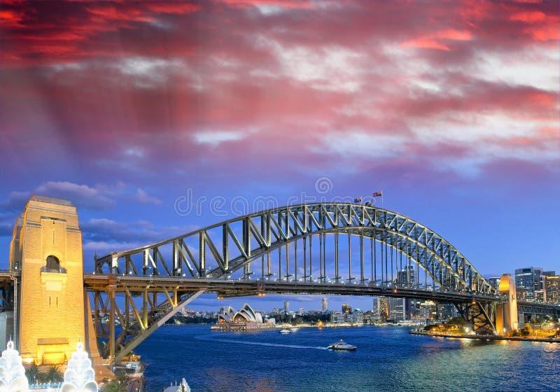 Nachtansicht von Sydney Harbor Bridge von Luna Park Ferris Wheel lizenzfreie stockfotos