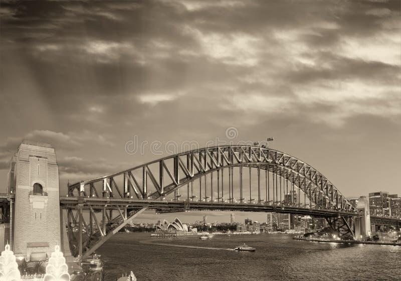 Nachtansicht von Sydney Harbor Bridge von Luna Park Ferris Wheel stockfotografie