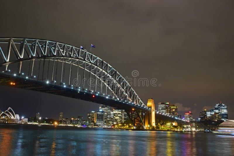 Nachtansicht von Sydney Harbour Bridge u. von Opernhaus im Hintergrund stockfotos