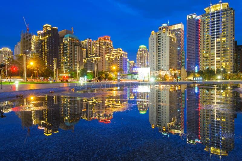 Nachtansicht von Taichungs-Stadt lizenzfreie stockfotos