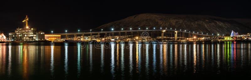Nachtansicht von Tromso-Brücke mit Lichtern in der Stadt von Tromso herein lizenzfreies stockfoto