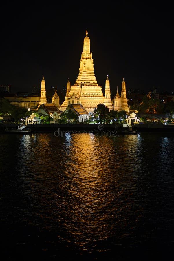Nachtansicht von Wat Arun-Tempel und Chao Phraya lizenzfreie stockbilder