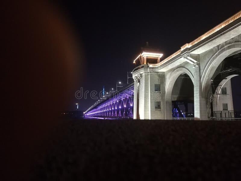 Nachtansicht von Wuhan, der Jangtse Brücke stockfotos