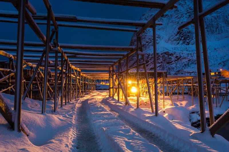 Nachtarbeit von Fischereiarbeitskräften in Lofotens lizenzfreies stockbild