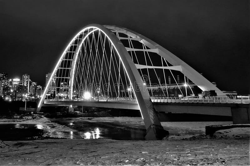 Nachtaufnahme der Bogenbrücke lizenzfreie stockbilder