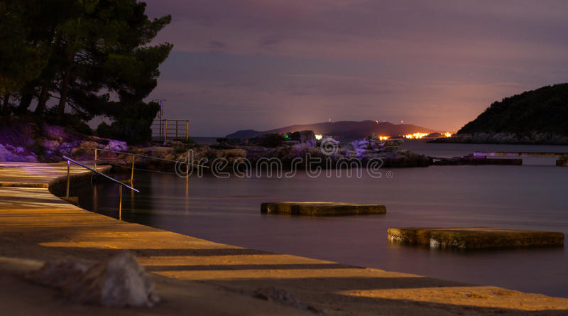 Nachtaufnahme des Ufers lizenzfreies stockfoto