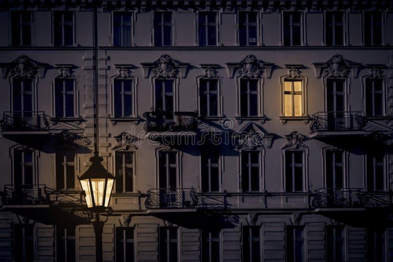 Nachtaufnahme eines schönen alten Hauses lizenzfreies stockbild