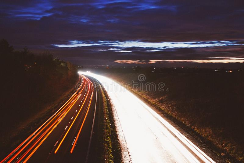 Nachtaufnahme von Autobahn-Auto-Licht-Spuren lizenzfreie stockfotos