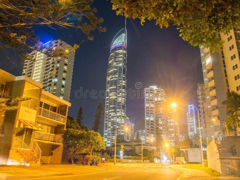 Nachtaufnahme von Gold- Coastskylinen illumated nachts lizenzfreie stockfotos