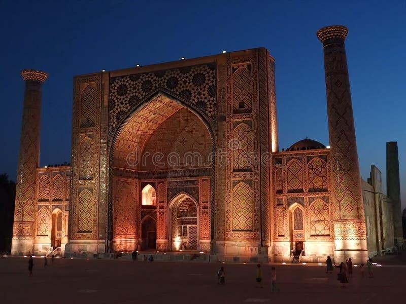 Nachtaufnahme von Registan-Quadrat von Sher Dor Madrasah, Samarkand, Usbekistan stockfotos