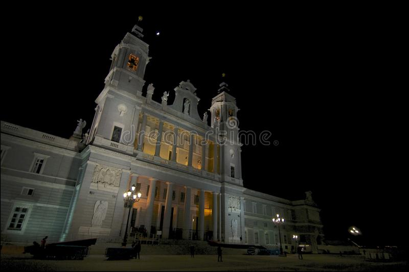 Nachtbeeld van Almudena Cathedral in Madrid stock afbeelding