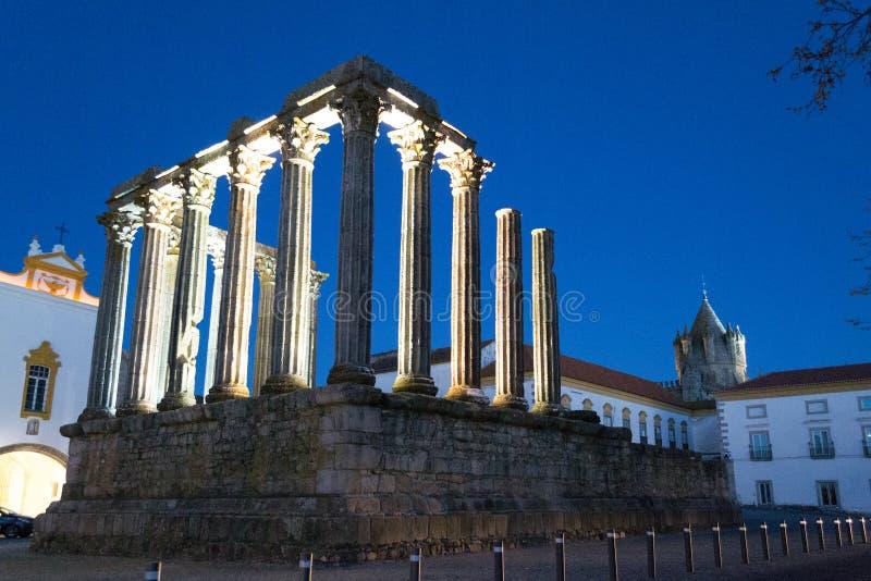 Nachtbeeld van de roman tempel van Evora (Portugal) royalty-vrije stock afbeeldingen