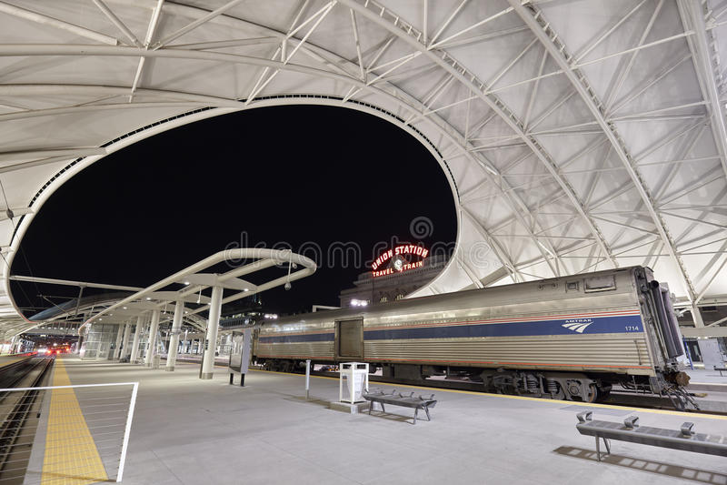 Nachtbeeld van Denver Union Station stock foto