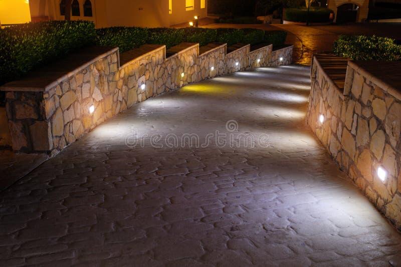Nachtbeleuchtungsweg für Wege im Hotel stockbild