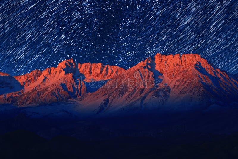 Nachtbelichtungs-Stern-Spuren des Himmels im Bischof California stockfoto