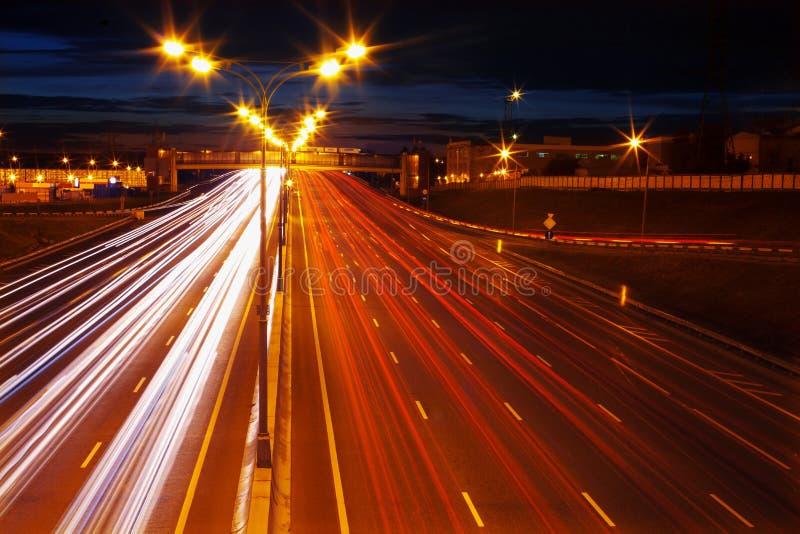 Nachtbewegung auf Autobahn lizenzfreies stockfoto