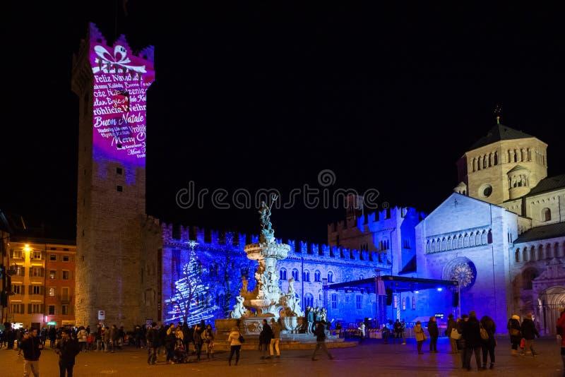 Nachtblick auf den Platz Piazza Duomo in der Stadt Trient mit Vorbereitung der Fontana di Nettuno auf das neue Jahr, Italien, Eur stockfotos