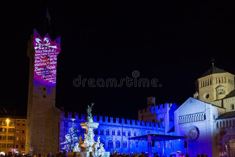 Nachtblick auf den Platz Piazza Duomo in der Stadt Trient mit Vorbereitung der Fontana di Nettuno auf das neue Jahr, Italien, Eur stockfoto