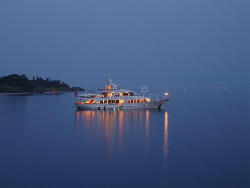 Nachtbootsreise lizenzfreie stockbilder