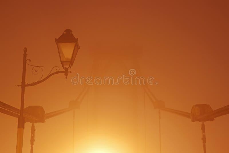 Nachtbrücke im Nebel stockfotos
