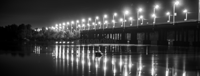 Nachtbrug royalty-vrije stock afbeelding