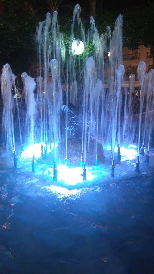 Nachtbrunnen lizenzfreie stockfotografie