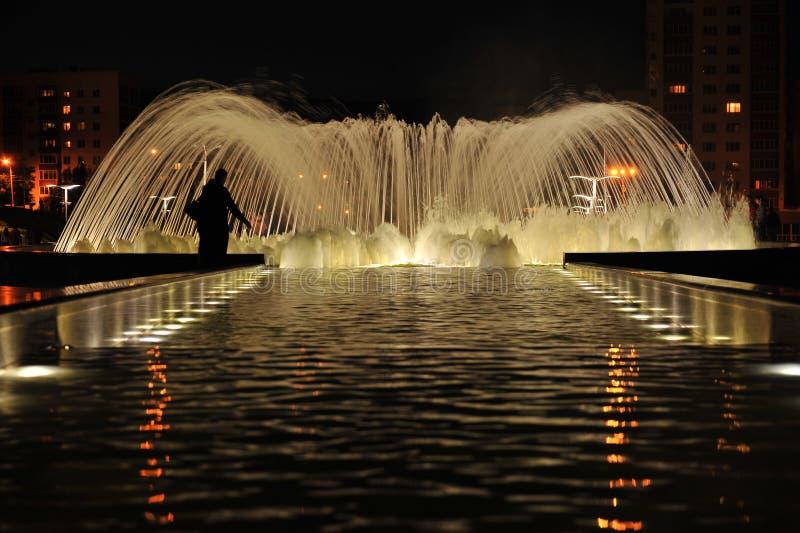 Nachtbrunnen der Freundschaft in Ufa. lizenzfreies stockbild