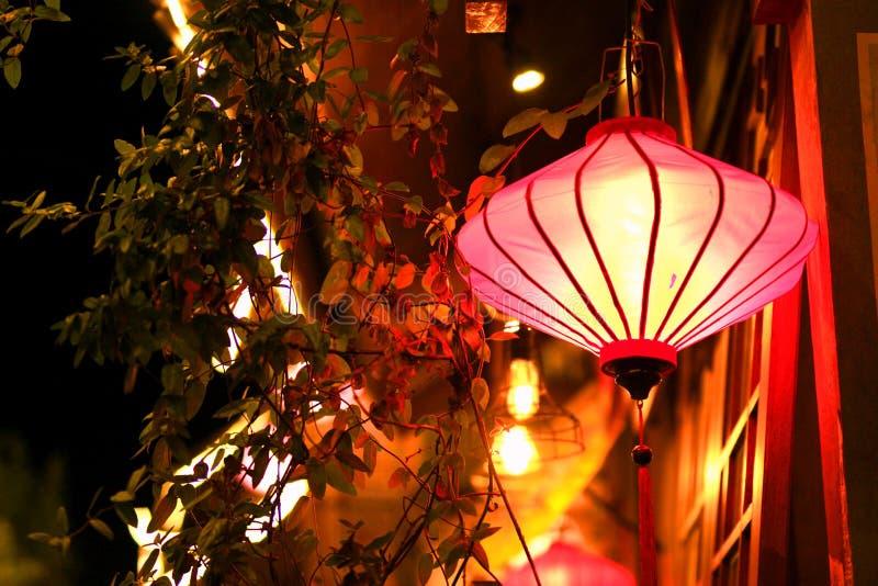 Nachtchinesische Laterne mit Fenstern stockbild
